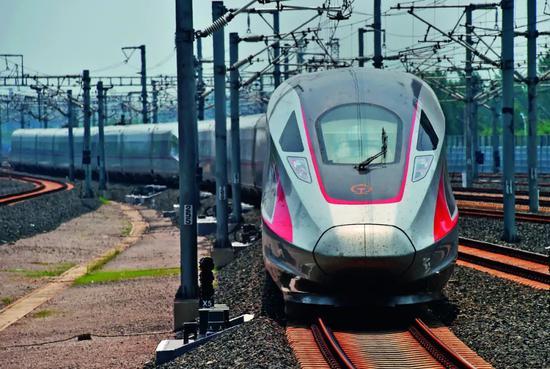 """运行在京沪高速铁路上的""""复兴号""""列车。图/新华"""