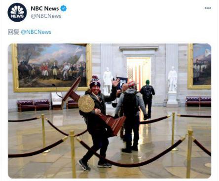 特朗普撑持者搬走议会讲台。(图:NBC)