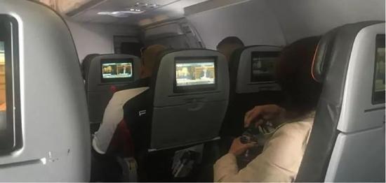 飞机上的乘客纷纷打开了听证会视频。