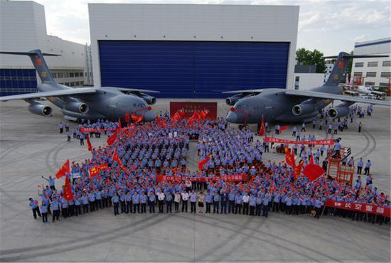 中国航空工业研制的大型运输机运-20启程服役部队。