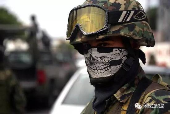 毒品战争期间墨西哥街头一位蒙面的士兵