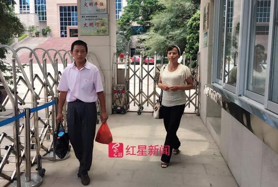 ▲刘大蔚父母走出法院