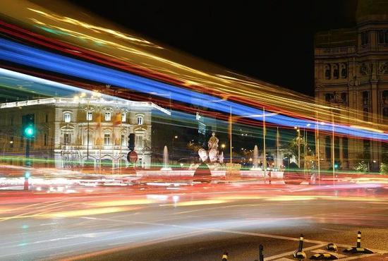 ▲资料图片:这是2018年4月10日在西班牙马德里西贝莱斯广场拍摄的夜景。 (新华社)