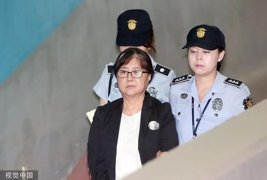 """客岁8月,""""心腹干政""""案中心人物崔逆真到法院参与上诉审讯。/视觉中国"""