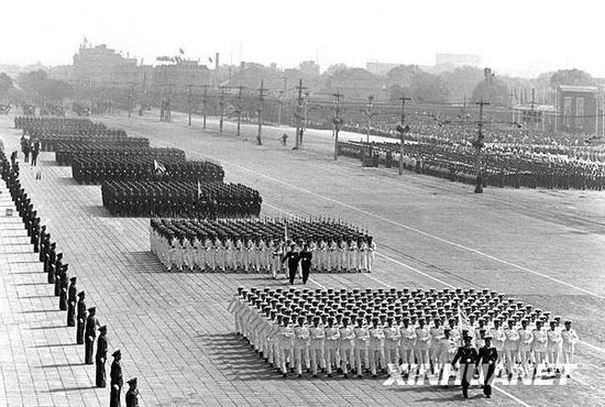 图为中国人民解放军的海、陆军方队通过天安门广场。新华社记者 杜修贤 摄