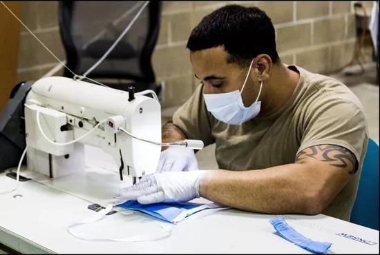美军士兵正在操作缝纫机,图源:美国国防部官网