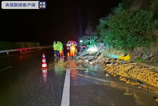 贵州六盘水:暴雨来袭 29处路段发生泥石流和边坡垮塌图片