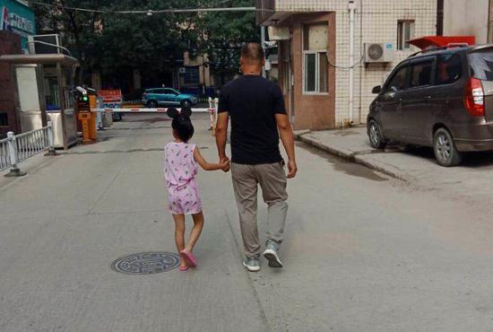 男子养育女儿8年发现非亲生:女方已嫁人致孩子成黑户