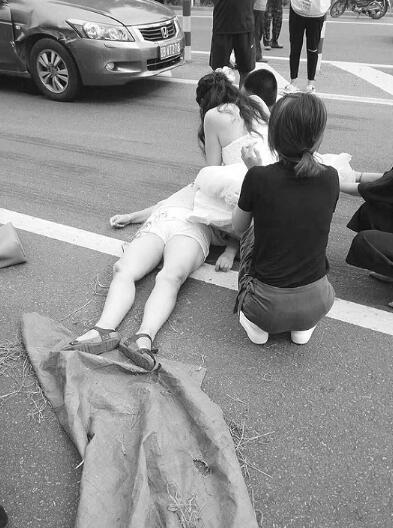 医生穿婚纱跪地救人 网友:你老公有你很幸福(图)