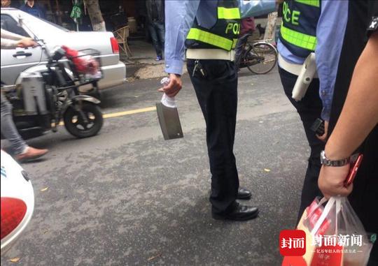 民警缴获涉案菜刀