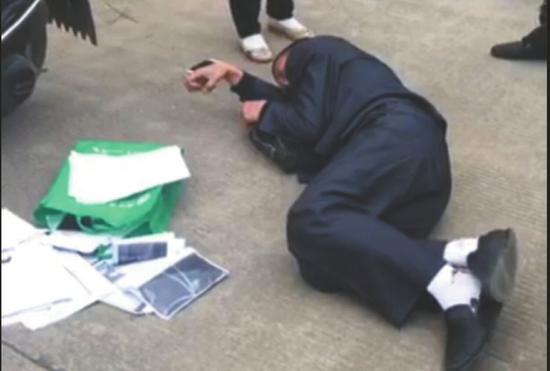 倒在乡村公路上的张晓斌,自导自演了一出麻醉被抢的戏。