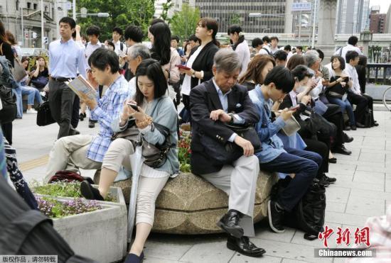 日本NHK电视台大阪分台报道说,这次地震摇晃时间长达30秒,人无法站立,桌子上的一部分物品落在地上。