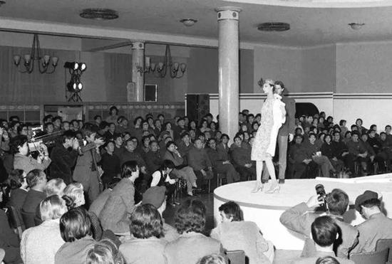 1979年,皮尔·卡丹在北京民族文化宫的内部时装秀