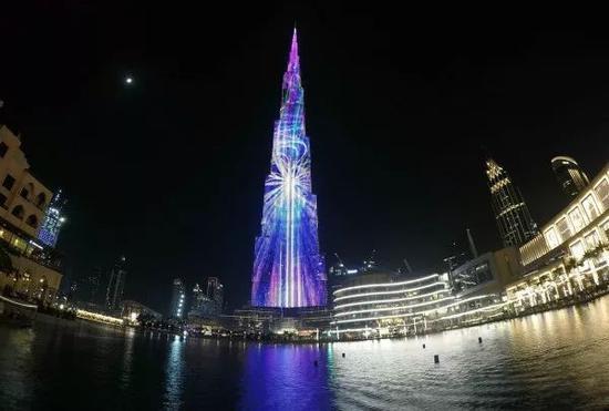 5月23日,在阿联酋迪拜市中心,世界第一高楼哈利法塔上演斋月灯光秀。(新华社发 马哈茂德·哈立德摄)