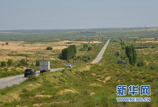 在内蒙古鄂尔多斯市杭锦旗,汽车行驶在锡乌公路上(7月26日摄)。新华社记者 邹予 摄