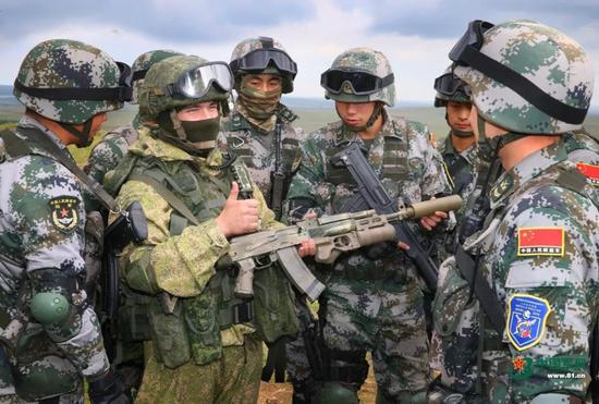 ▲参演的俄军士兵为中方士兵点赞。