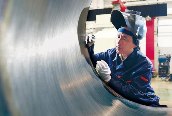 高凤林是2017年度北京榜样,图为他正在焊接火箭发动机大喷管。 中共北京市委宣传部供图