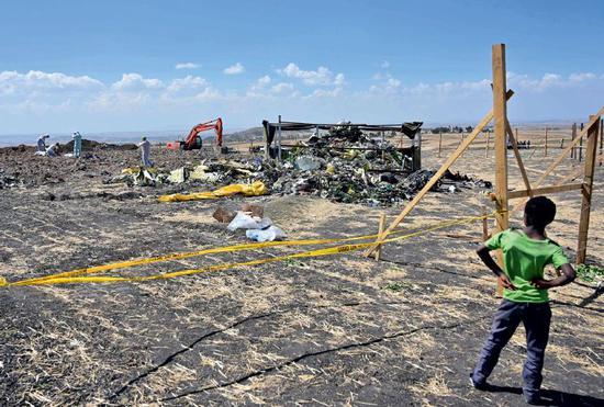 3月11日,在埃塞俄比亚首都亚的斯亚贝巴附近,坠机现场的波音737 MAX 8机型客机只剩一堆残骸。 图/视觉中国