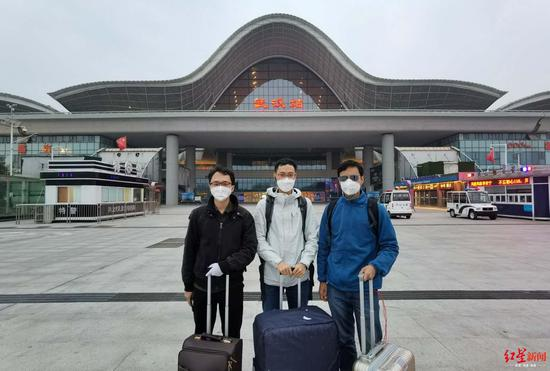 三位大学同砚在武汉站(左起:闫国梁 卢进杰 陈伟军)