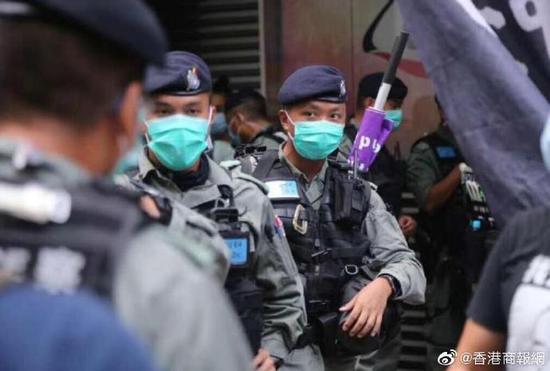 港警携旌旗实行义务。(图:香港商报网)