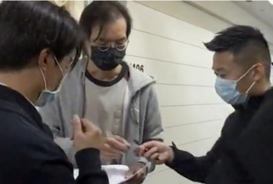 """港媒:港警拘捕至少50人后 赴这家""""黄媒""""办公室调查图片"""