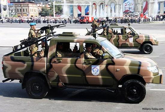 """▲参与阅兵的UAZ-3163武装型""""爱国者""""皮卡车"""