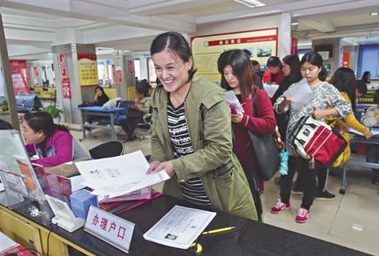 武汉全面受理留汉大学毕业生落户。长江日报 图
