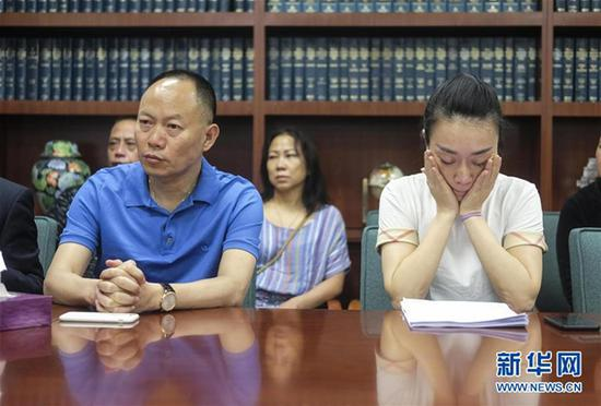 6月8日,美国洛杉矶,江玥的父亲江勇和表姐徐翔与媒体见面 图自新华网