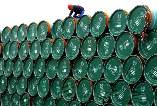 ▲此次贸易战波及美国钢铁行业,图为等待被运上中国货船的钢管。(路透社)