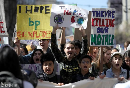 3月15日,学生在美国国会大厦外集会示威 图自视觉中国