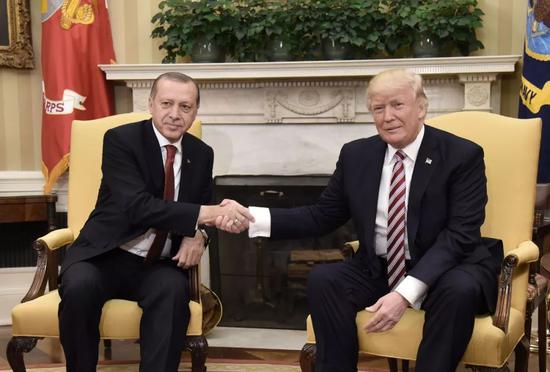 这是2017年5月16日美国总统特朗普(右)在华盛顿白宫与土耳其总统埃尔多安(左)会谈的资料照片。新华社/法新