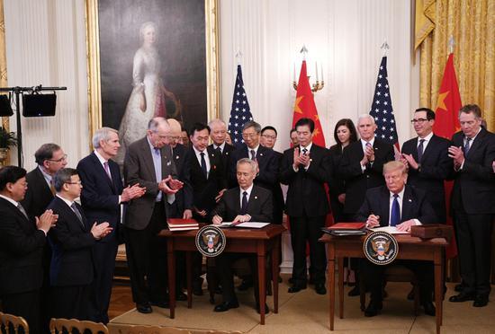 ↑1月15日,刘鹤与特朗普在美国首都华盛顿白宫东厅共同签署协议文本。新华社记者 刘杰 摄