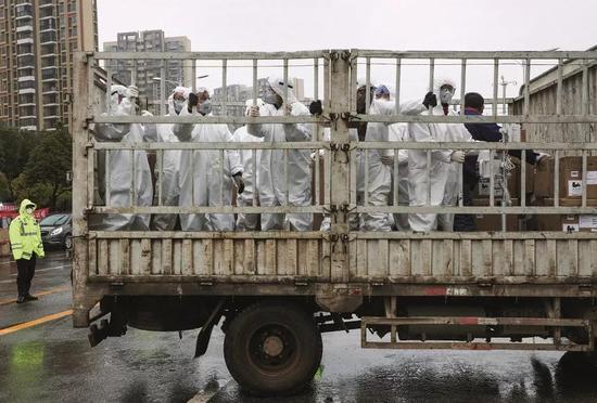 2020年2月6日下午,武汉火神山医院,一辆运送医疗设备和事情职员的车辆抵达。摄影/陈卓