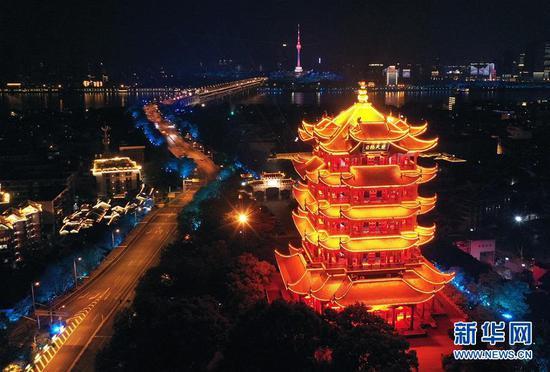 4月7日,开启了灯光照明的武汉黄鹤楼(无人机照片)。 新华社记者 李贺 摄