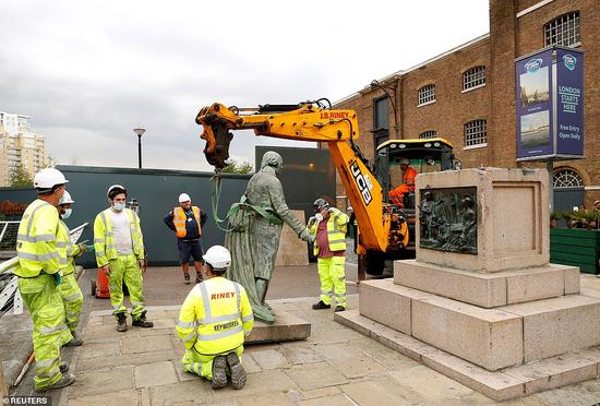 位于英国伦敦西印度码头的罗伯特·米利根雕像被拆除。(图源:路透社)