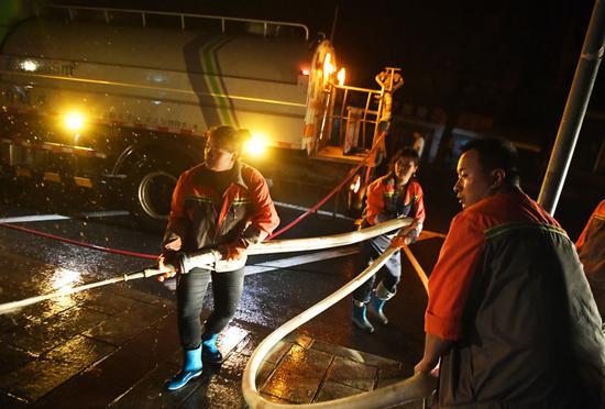 ↑这是6月22日晚在重庆市綦江区文龙街道菜坝社区拍摄的清淤现场。新华社记者 王全超 摄