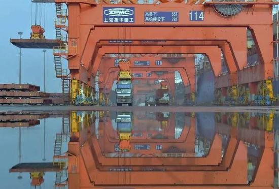港口生产图景(图源:新华网)