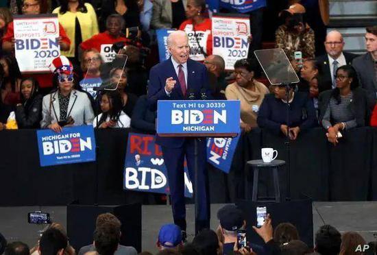 (2020年3月,拜登在密歇根州竞选集会上演讲。图/AP)