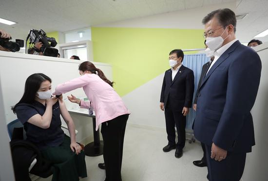 韩国152人接种疫苗后现不良反应 超七成发烧38度以上