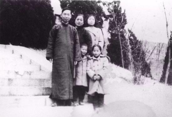 1950年,赵忠尧一家在南京鸡鸣山合影