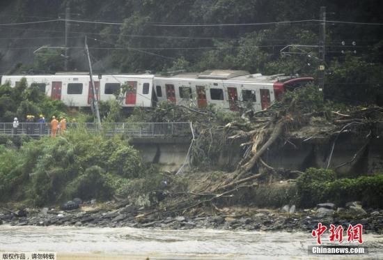 暴雨致山體滑坡摧毀軌道,火車脫軌。