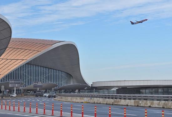 明天( 8月25日),东航、南航部分航班由首都机场转场至大兴机场。摄影/新京报记者 陶冉