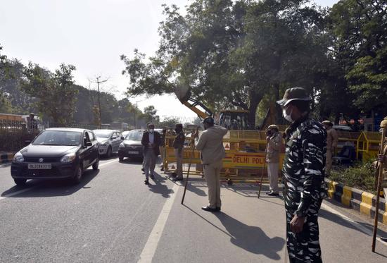 印度11岁女孩坐公交时伸头呕吐 遭迎面驶来卡车断首