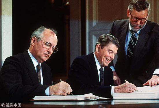 里根与戈尔巴乔夫签订《中导条约》进行军控。(他:视觉中国)