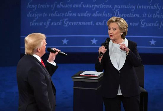 ▲2016年10月9日,在美国密苏里州圣路易斯市的华盛顿大学,美国共和党总统候选人唐纳德·川普(左)和美国民主党总统候选人希拉里·克林顿参加2016年美国总统候选人第二场电视辩论。(新华社记者 殷博古 摄)