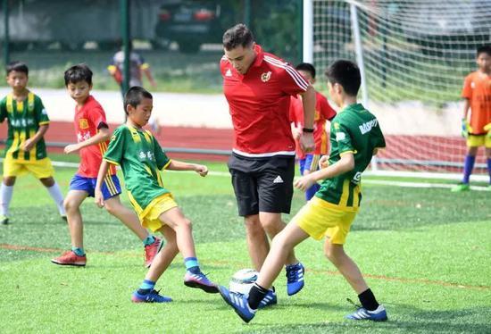 """中国足球""""假洋教练""""调查:他们可能就是卖小面的"""