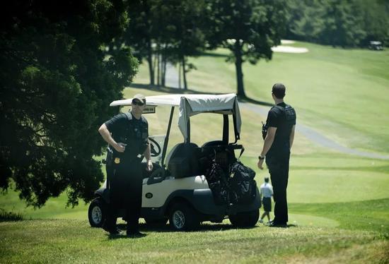 特朗普打球时随行的美国特勤局人员。/CNN视频截图