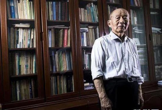 """95岁""""钢铁侠""""不买房却捐千万助学 一件衬衫穿30年图片"""