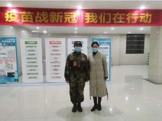 """首位接种新冠疫苗志愿者靳官萍与""""偶像""""陈薇院士合影留念。"""
