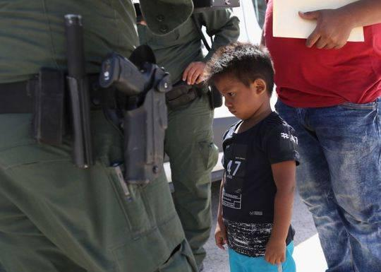 一名洪都拉斯男孩被带到边境收容所